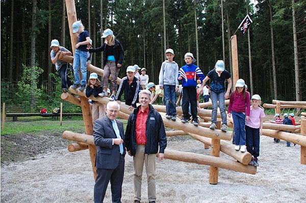 Oberbürgermeister Dieter Thalhammer und Forstbetriebsleiter Dr. Alfred Fuchs bei der Einweihung des Klettergartens am Walderlebnispfad 2009